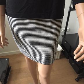 Varetype: Nederdel Farve: Blå/hvid  80% bomuld  18% polyester  2% elasthan  Lynlås bagpå  Elastik i taljen  Længde 41,5  Livvidde 78 (men har elastik)