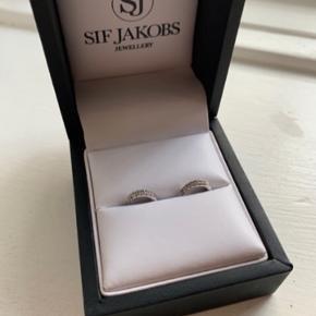 Super flotte øreringe,creoler i sølv med klare sten. Str. 11 cm de er helt små.