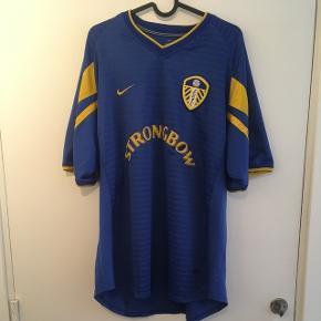 Leeds' udebanetrøje fra sæsonen 2001/2002   Tags: fodbold, fodboldtrøje, fodboldtrøjer...