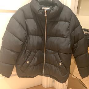 Sælger denne lækre dynejakke.  Minder lidt om den populær north face jakke.  Den har to gode lomme med plads til ret meget.  Den har en sølv lynlås og en justerbar elastik i bunden så man kan vælge om den skal være stor eller lille i bunden. På den måde kan man sikre sig at den passer en. Perfekt til vinter ❄️ Mp:120kr