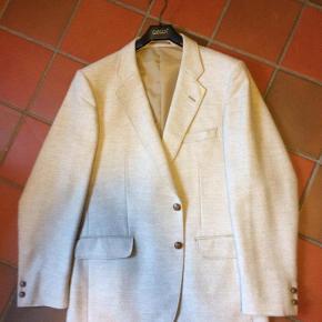 Brand: HCA dress denmark Varetype: Uld Jakke Størrelse: 52-54 Farve: sand Oprindelig købspris: 500 kr.  Jakke er kun brugt få gange og har lige fået en rensning.