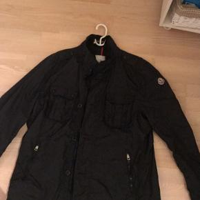 Sælger denne Moncler jakke Str. 6, hvilket svarer til XL/XXL Cond. 9/10   2300,-