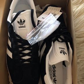Helt nye Adidas Gazelle sko, stadig med mærke på. Min kæreste fik ikke nået at bytte dem inden garantien udløb.