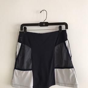 Golfino nederdel str. 36. Indsyet bukser. Brugt 1 gang. Det hvide har fået et mindre gråt skær efter vask. Stadig fin stand. Pris derefter. Nypris 600.-