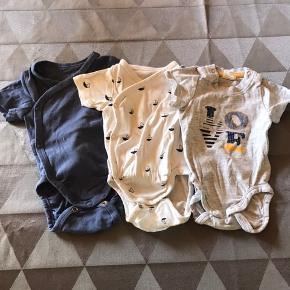 3 kortærmede bodyer Uden huller og pletter  Se også mine andre annoncer med tøj str 56