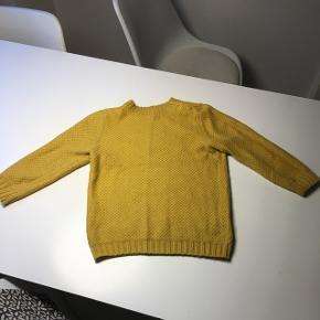 Karrygul sweater med 3/4 ærmer