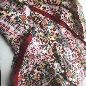 Varetype: Tørklæde Størrelse: Onesize Farve: Multi  Smukt silketørklæde med blomstermotiv. 100% silke