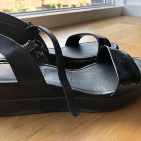 Meget fine sandaler fra Ecco - sælges, da jeg ikke får dem brugt. Nypris var 1000 kr. Byd gerne. De kan hentes i Valby eller leveres/sendes.