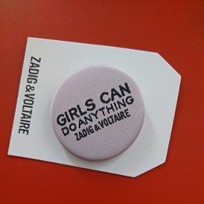 "Broche fra parfumen: ""girls can do anything"""