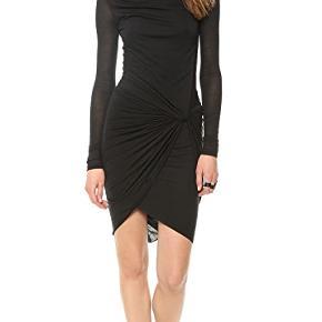 Flot og elastisk kjole. Mindre huller bagpå som man ikke lægger mærke til grundet flere lag - kan sende billeder