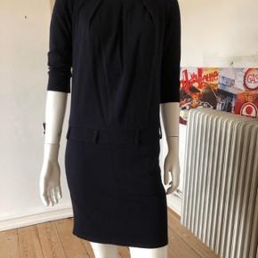 Flot kjole fra Sportmax code/ max Mara.  Brugt lidt, fejler absolut intet.  Længde: 90 cm.  Brystvidde 90 cm.  Mørkeblå farve.  Byttes ikke.