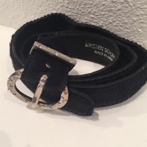 Brugt en enkelt gang. 95 cm.   Nej tak til bytte Ü  Smukt bælte!! Farve: mørkelilla Oprindelig købspris: 550 kr.