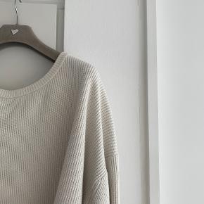 Hvid sweater i massiv strik fra Zara. Har lettere misfarvninger foran efter pletter der er blevet vasket væk. Str. M.  Se gerne mine andre annoncer - mængderabat gives ved køb af flere ting! Køb 4 ting og betal kun for 3 - få den billigste med gratis :-)