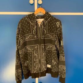 Zip up hoodie fra FUCT sælges. Den er i fin stand, og selvom der står xl passer den mig på 180.