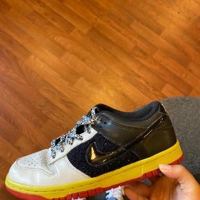 Super unikke dunks fra Nike!  Købte dem for et halvt år siden i en genbrug i USA til 700kr, men får dem dsv ik brugt.  De har nogle pletter, men er ellers i super fin stand, så derfor sælges de billigt!  Spørg for flere billeder eller info:)