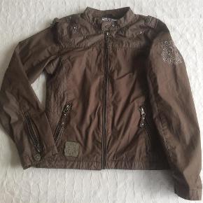 Varetype: Sommerjakke Størrelse: 12år Farve: Mørk army Oprindelig købspris: 799 kr.  Super lækker kvalitetsjakke, der kun er brugt ganske lidt. Fremstår næsten som ny.   Mp = 150 pp.