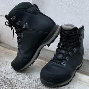Solid Lite II Q vandrestøvler fra Haglöfs. Str 38 2/3 mere præcist. Helt vandtætte og super lækre støvler. Der er maks gået 50 km i dem og de fremstår som nye. Meget velholdte. Sælges, da jeg har problemer med mine fødder og derfor ikke får dem brugt.  Nypris 2200 kr. Kom med et realistisk bud :-)