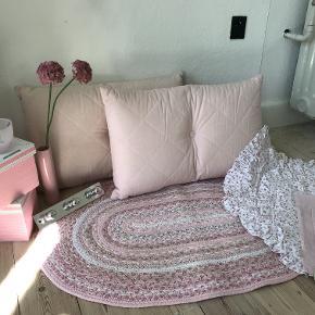 Pigeværelse interiør-sæt. Bestående af:  Gulvtæppe 92 x 61 cm 2 stk store puder 67 x 43 cm 4 stk pudebetræk blomstret m flæsekant 47 x 47 cm inkl kanten. 2 stk pudebetræk rosa ensfarvet 37 x 37 cm 2 stk opbevarings-æske, pap 15 x 15 cm Fyrfads-lysstage,  glas m blomster-effekt 9 cm dia Knage, metal. 27 x 5 cm Vase, porcelæn 22 cm 2 stk stof-blomster 54 cm Alt passer sammen tone i tone rosa farver Det meste er fra Ilva. Pris for hele sættet  Tag et kig på mine andre annoncer også :-) måske vi kan lave en god samlet handel :-)