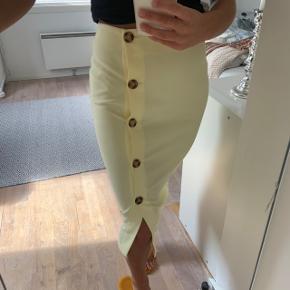 Lysegul nederdel fra Gina Tricot. Brugt meget få gange og viser ikke tegn på slid