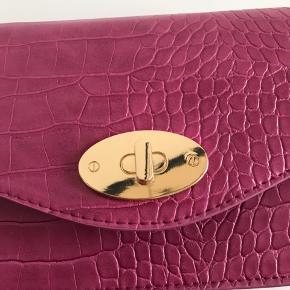 Lyserød taske fra Glitter. Brugt få gange er i rigtig god stand.   Kan afhentes i Ørestad eller sendes på købers regning.