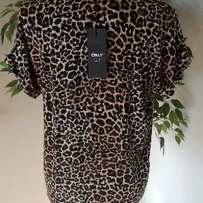 Helt ny t-shirt i leopard print fra Only, størrelse small med prismærke på.   Brystvidde 102 cm Længde 60 cm  Materialer: Viscose Elestan Polyester