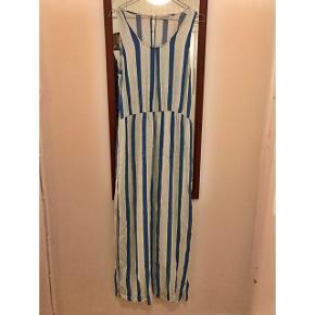 Smuk lang kjole fra Second Female i str M. Den går helt ned til tæerne på mig (jeg er 167 høj). Stribet i blå/grøn/hvid med slids i hver side til ca knæet. 100% Viscose.  Kan afhentes på FRB eller sendes med DAO (modtager betaler porto)