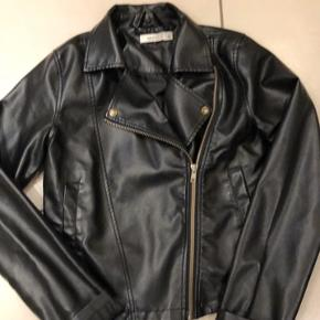 Sort jakke i læder look. Super smart. Kun brugt få gange. Fejler intet.