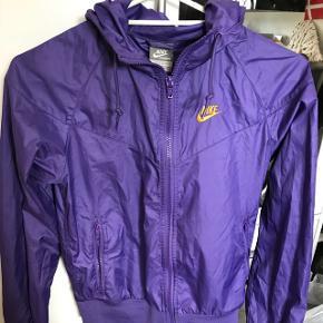 ⚫️SÆLGES BILLIGT⚫️ Skal snart flytte, så alle mine ting sælges billigt!  Nike Regn jakke Str Xs Lidt brugt, men i god stand BYD