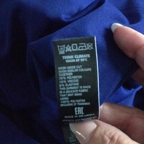 Smuk kjole med underkjole fint fald så den skjuler maven  Sender gerne mod købers regning