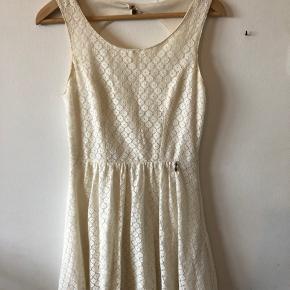 Beige farvet kjole fra only. Har en lille plet med kaffe på, som man ikke lægger mærke til.