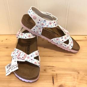 Helt nye sandaler købt i en Birkenstock- butik i Tyskland - nyprisen var 63 euro (ca. 470 kr). Prismærke sidder stadig på.   Indvendig længde er ca. 24 cm.   Sender gerne med DAO, men du er også velkommen til at hente selv - kontaktfri med mobilepay😊