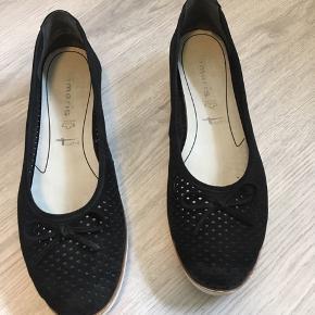 Ballerina sko med sløjfe på snuden. (Man kan kun se de har været brugt på sålen da den er blevet lidt beskidt)