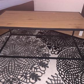 Helt ny sofabord, kun brugt 2 gange efterfølgende har den stået inde på et værelse uden brugt. Nypris 400kr sælges for 200kr fordi den er brugt 2 gange men den er helt ny