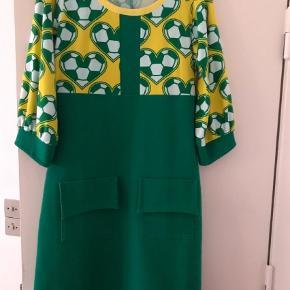 Varetype: Midi Farve: Grøn, Gul, Hvid Oprindelig købspris: 1200 kr.  Mega cOol kjole fra margot. Flot til foråret. Grønne stof er kraftigere..passer alm medium. Priside 700kr