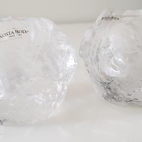"""Klassiske """"snowbold"""" lysestager fra Kosta Boda i str. Medium. Prisen er for begge to."""