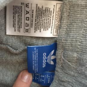 Fede Adidas grå joggingbukser.   Ny pris ca. 250kr   Syet sammen i venstre side så taljen er en anelse mindre.