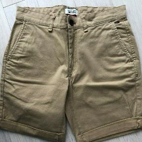 Flotte sommer shorts i størrelse 30 / W30. Aldrig brugt eller vasket. Nyprisen var 500 kroner.