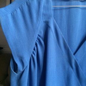 Virkelig flot vintage sommerkjole, i den fineste blå farve. Kjolen er købt i en vintagebutik, og mit bud er, at den er syet af nogen på skrædderuddannelsen. Der står ingen størrelse i, nem mit bud er at den er en XL.    Se også mine andre annoncer, og giv et bud!