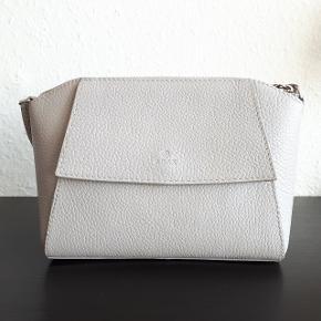 Adax taske (Næsten som ny) Ca. mål L. 23 cm. H. 15 cm. D. 9 cm. Np 1399 kr  Adax pung (God men brugt) Der er brugsspor på nogle hjørner, som vist på sidste billede.  Ca. mål L.13 cm. H. 10 cm. D.2 cm. Np 499 kr.  Adax dustbag / pose  Adax holder hvor garantibevis tidligere lå i. Kan bruges som kortholder.  Hentes i Roskilde eller sender med DAO mod betaling af fragt.  Mp 650 kr ekskl fragt
