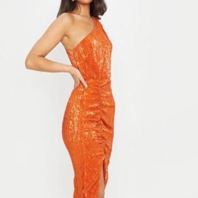 Sælger denne skønne kjole fra prettylittlething. Den er en størrelse 38 og er desværre lige en tand for stor til mig. Den har kun været prøvet på. Har stadig prismærke i. Sælger for 360kr inkl fragt