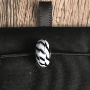 Troldekugle, glas hvid/sort. Der kan forekomme små ridser og hakker i, da den er brugt få gange. Se foto.