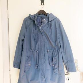 Divided lyseblå jakke med hætte str 50. Kan snøres i livet