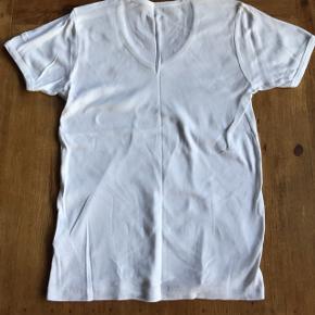 Basis t-shirt fra g-Star  Nypris 199kr, sælges for 40kr, har den også i sort også til 40kr Se også mine mange andre annoncer