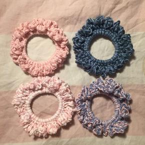 Hjemmehæklede scrunchies! Laver gerne flere forskellige farver. Uploader flere løbende, følg gerne! 8 stk for 100 💕