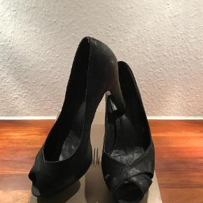 Varetype: Super smarte Stiletter Størrelse: 37.5 Farve: Sort Oprindelig købspris: 1199 kr.  Hælen er ca. 9,5 cm og med 2,5 cm plateau.  Bytter ikke...