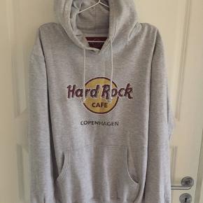 Str L Hard rock Copenhagen Hættetrøje Har et hul ved det ene ærme som er forsøgt udbedret😱 det kan måske gøres bedre😂  Derfor den lave pris