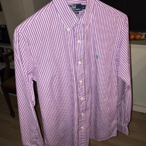 Ralph Lauren skjorte Str. M Brugt 2-3 gange, fremstår som ny.
