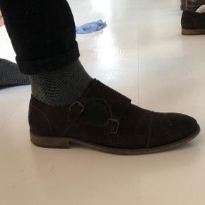 Lækker ruskinds sko med monkstraps. Passer perfekt til et par jeans eller et par habitbukser.  OBS! Ønskes handlen gennemført i TS, afholder køberen gebyret.