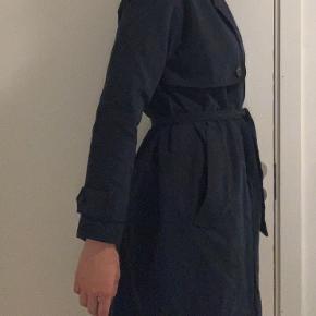 Flot frakke fra Samsøe & Samsøe i str. M i mørkeblå Fejler intet  🔵