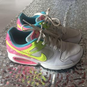 Nike air max sneakers i hvide med fede farve-detaljer. Skoene er brugt meget lidt, og fremstår som nye. Str. 36  ⭐️jeg sender gerne, og ellers kan det afhentes i Farum eller Fields (Amager) ⭐️